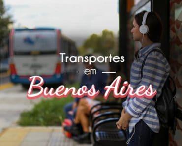 Mullher esperando um transporte em Buenos Aires